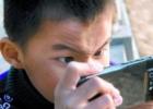 玩手机对孩子有哪些危害 导致近视或弱视