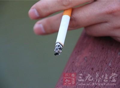 很多男性习惯于在上厕所的时候吸根烟